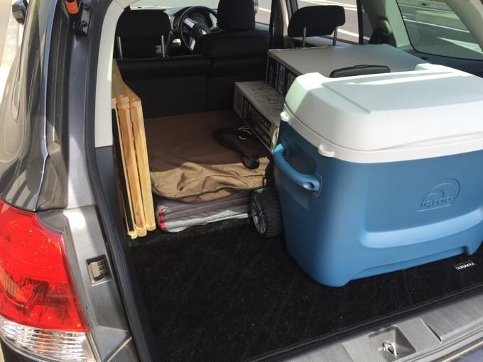 レガシィのトランクにキャンプ用品を積載
