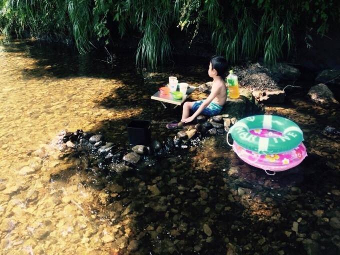 焚き火テーブルを使って川の中でカップラーメン