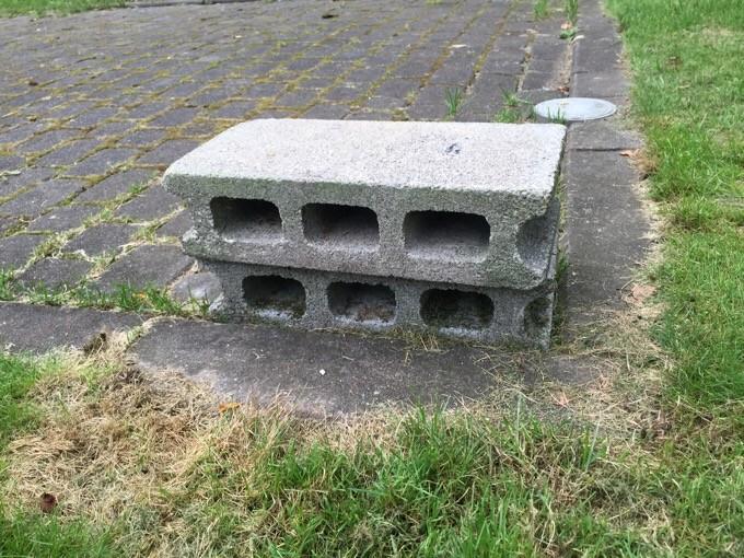 駐車スペースにあるブロック