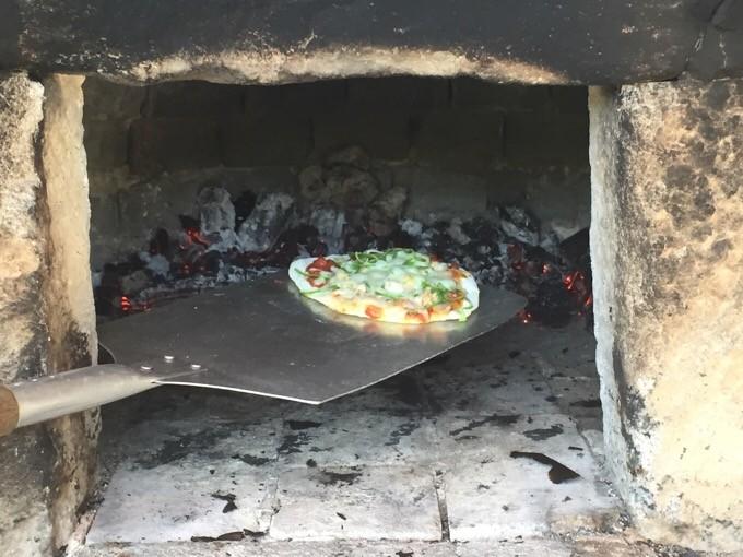 ピザを石窯へ