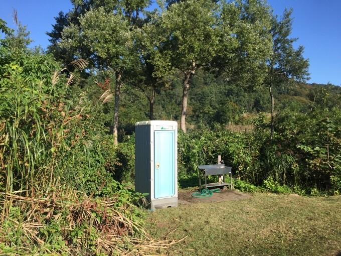 Bサイト近くの炊事場と簡易トイレ