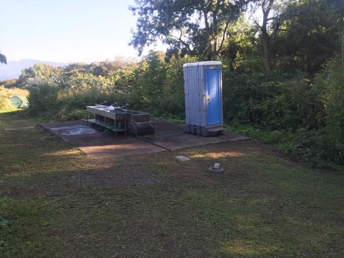 Cサイトの炊事場と簡易トイレ