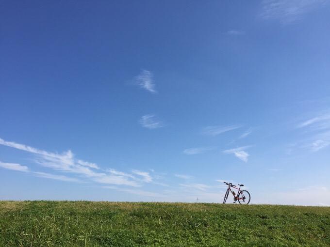 河川敷と空と自転車
