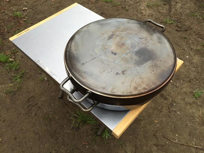 焚き火テーブルとダッチオーブンハーフ