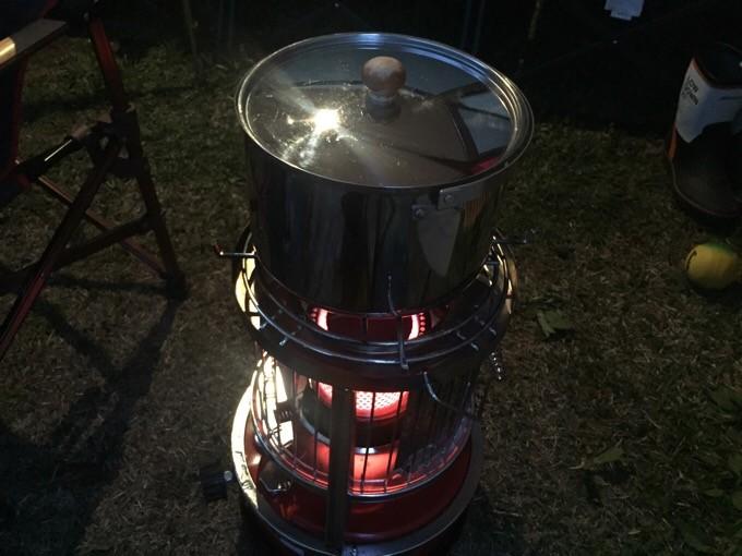 アルパカに大鍋を乗せて調理中