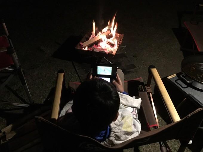 焚き火の近くでゲームとは贅沢