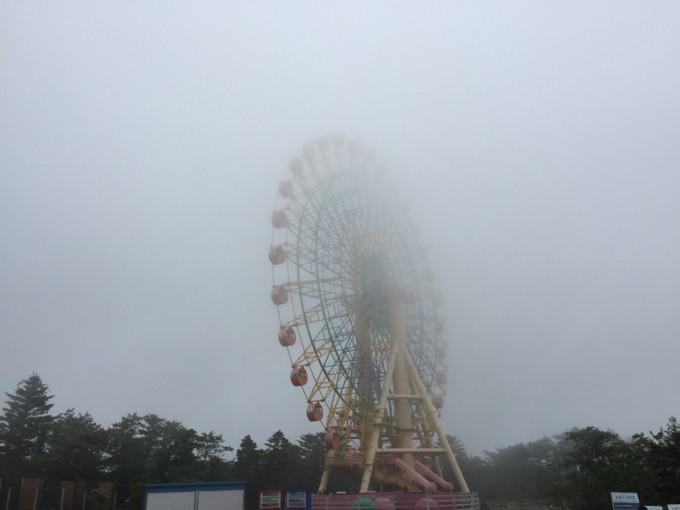 ぐりんぱの観覧車も濃霧に包まれる