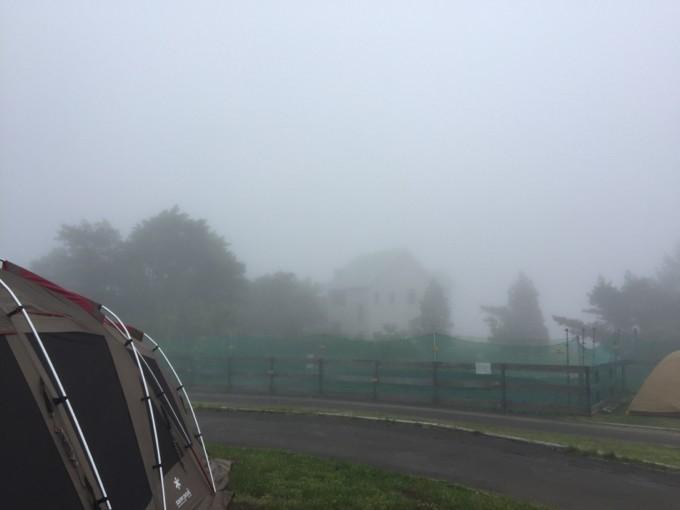 遊園地が見えないほどの霧