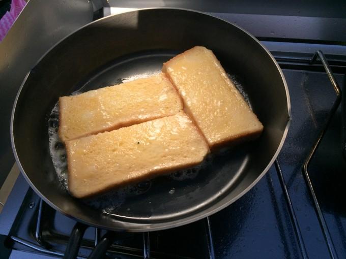 スキレットでフレンチトースト作り
