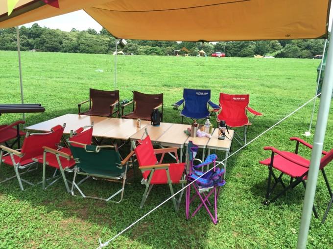 ロースタイルでテーブルと椅子を並べる