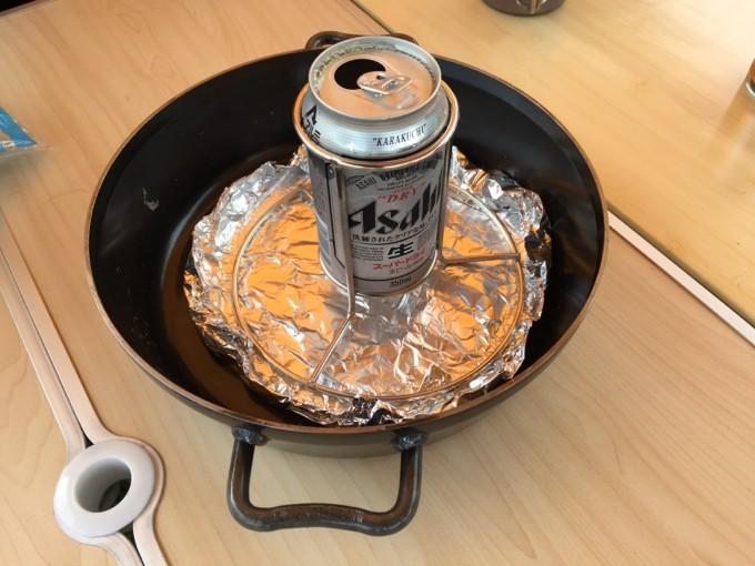 ダッチオーブンハーフにビール缶をセット