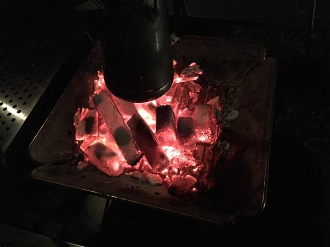 森まきで焚き火にあたりながら談笑