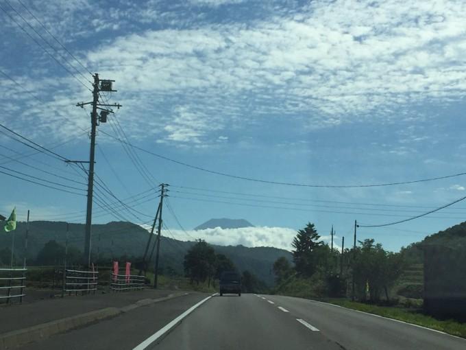 遠くに富士山のような山が見える