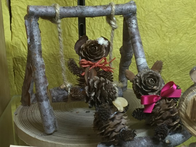 木と松ぼっくりで作るブランコ