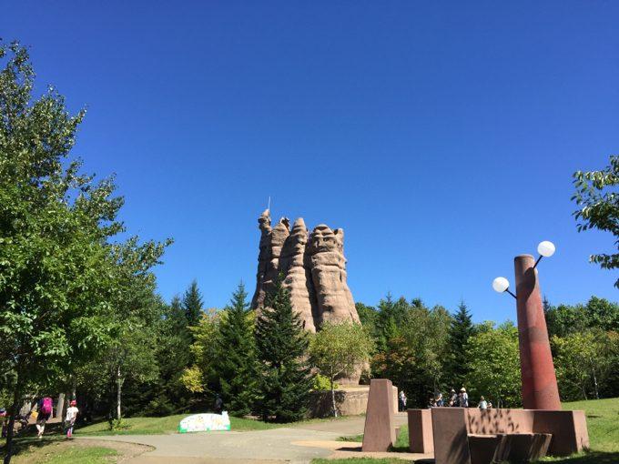 こどもの谷のシンボル「あり塚の塔」