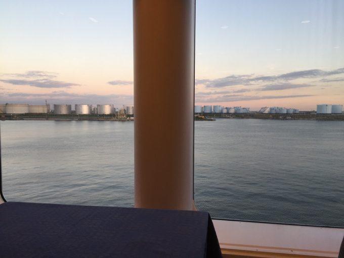 沈みゆく夕日を眺めながら食事