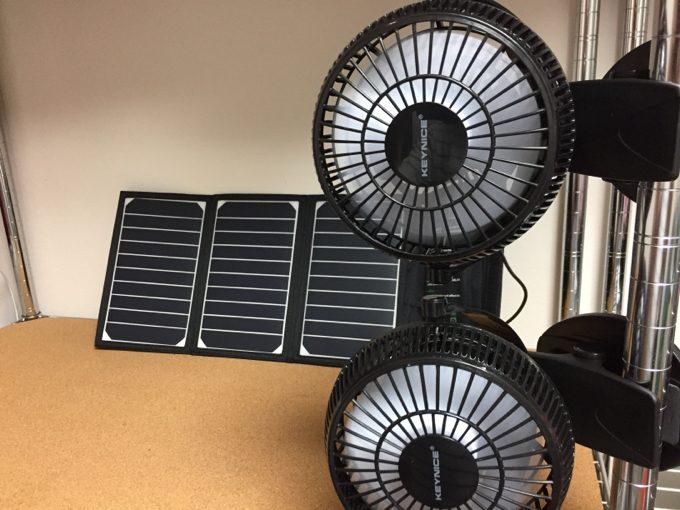 ポールにUSB扇風機を挟みソーラー発電で風を送る