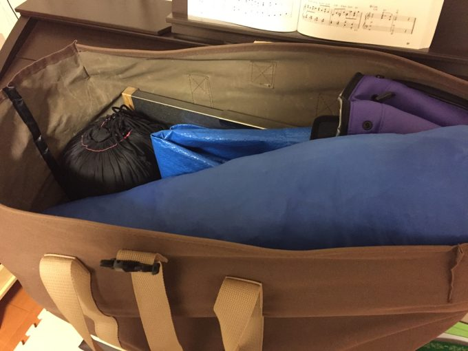 トートバッグに親子キャンプの道具を詰め込む