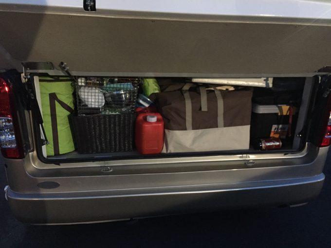 リアハッチを開けて荷物を収納