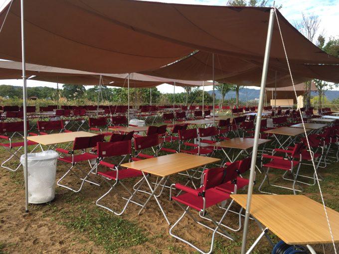 本社隣に設営された大量のテーブルとイス