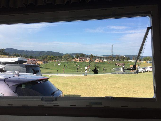 キャンピングカーの車内から眺めるスノーピーク本社
