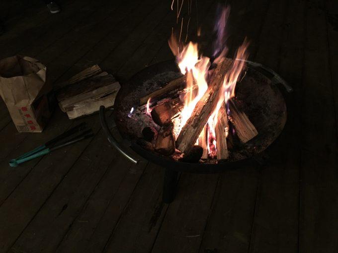 ウッドデッキのファイヤーピットで焚き火