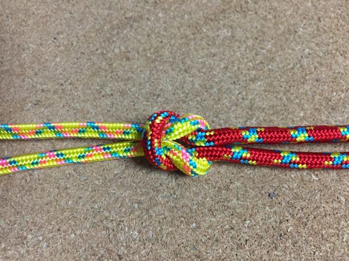 本結びで2本のロープをしっかり結ぶ