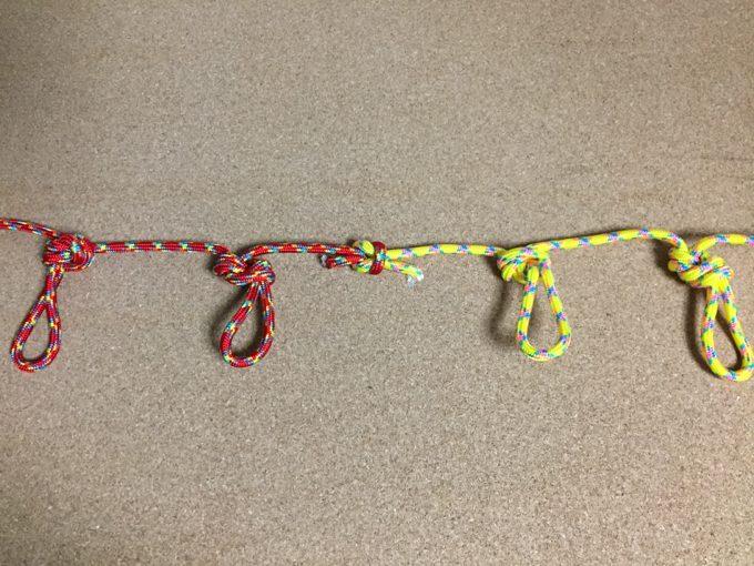 二重8の字結びを連続させるとハンギングチェーンの出来上がり
