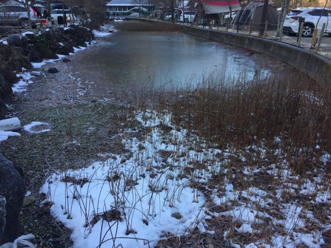 11月下旬の塩原グリーンビレッジは池が凍っている