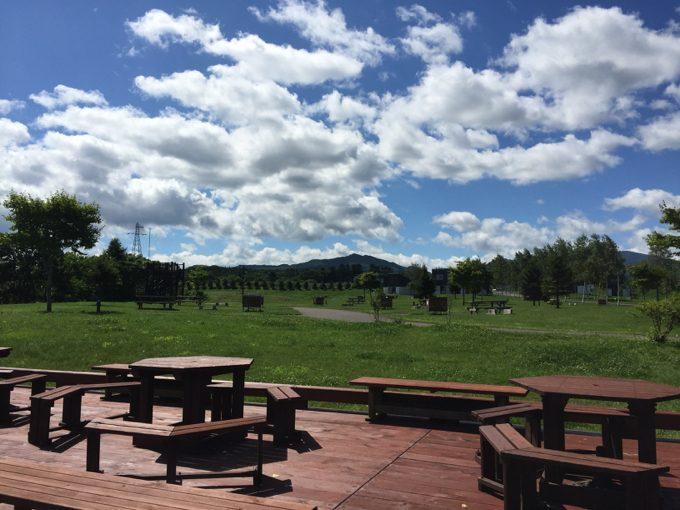 オートリゾート八雲のウッドデッキから見るカーサイトA
