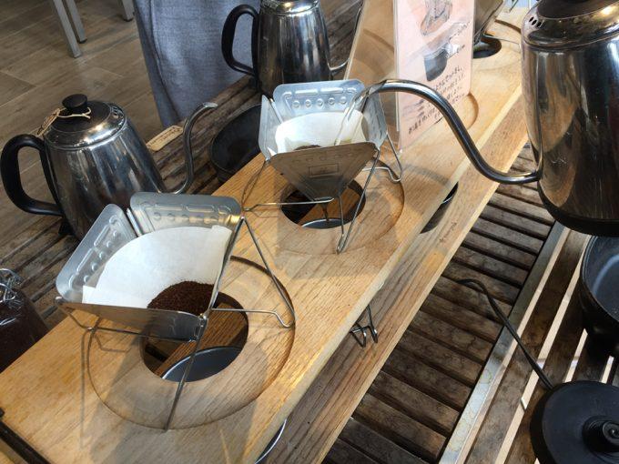 コーヒードリッパーと細長いケトル