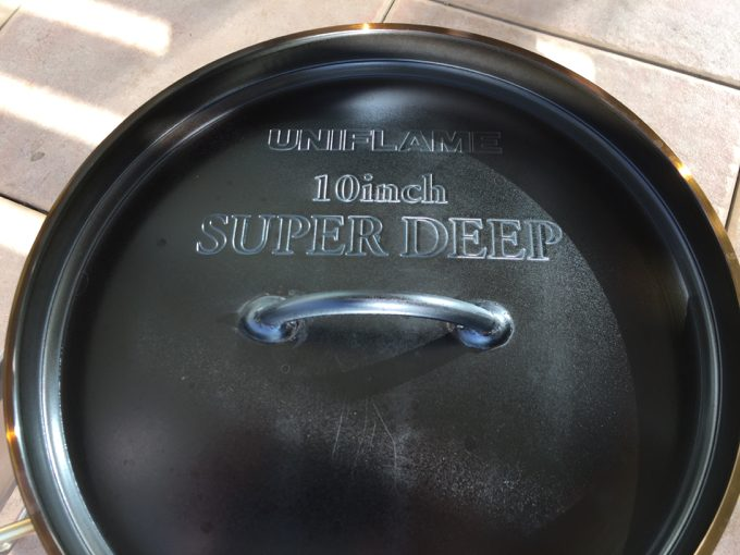 ダッチオーブンの上蓋をシーズニング