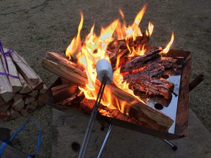 焚き火しながら焼きマシュマロ