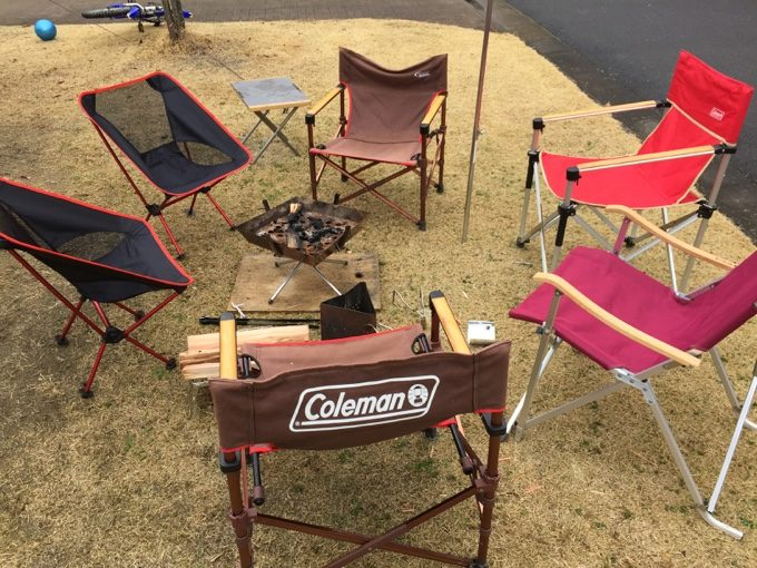 たくさんの椅子で焚き火を囲む