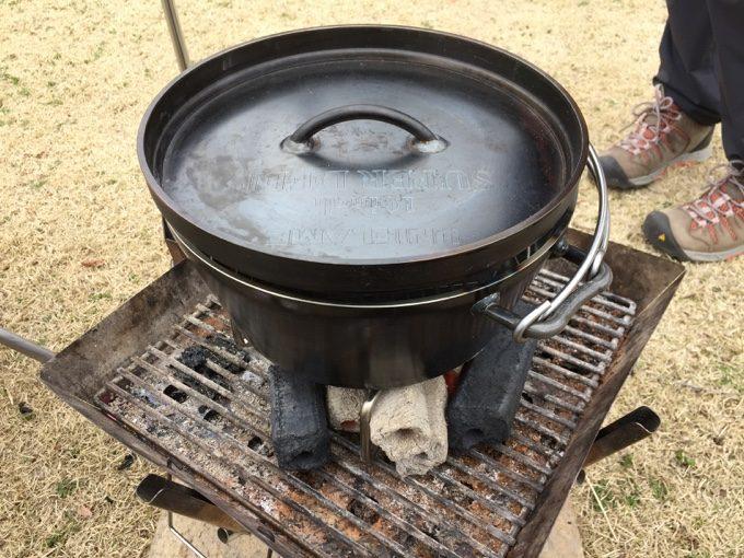 ダッチオーブンでジャンボプリンを作成中