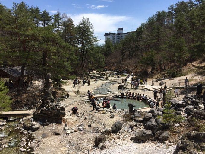 西の河原公園の大きな足湯