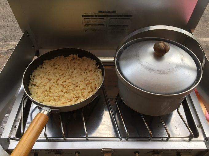 ライスクッカーでご飯を炊きながらロスティ作り
