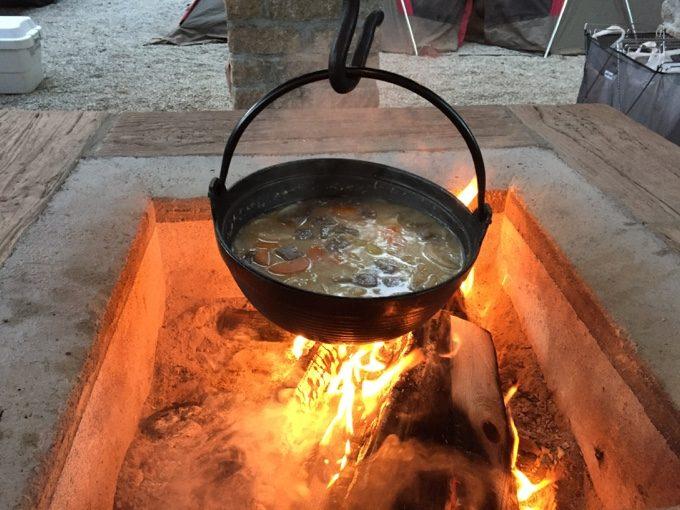 オートキャンプサイト語らいで囲炉裏鍋を使う