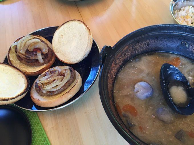 豚汁の残りとハンバーガーで朝食