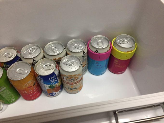 クーラーボックスの底には冷たい飲み物を並べる