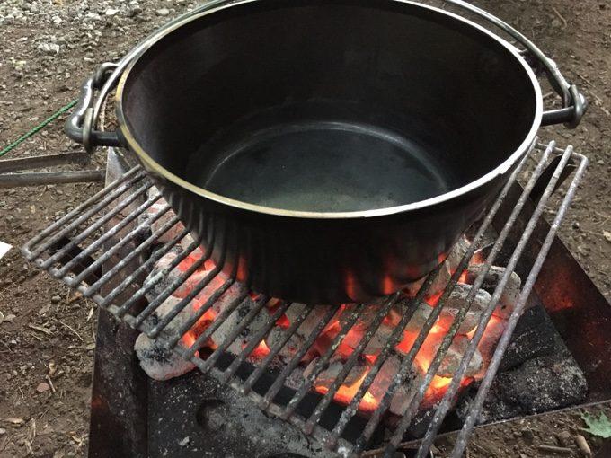 ユニフレームのダッチオーブンを予熱中