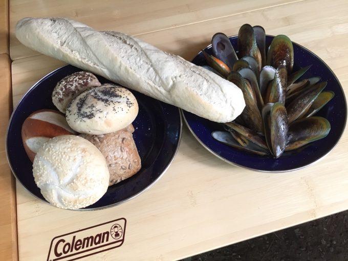 ロングバゲットとロールパンとムール貝