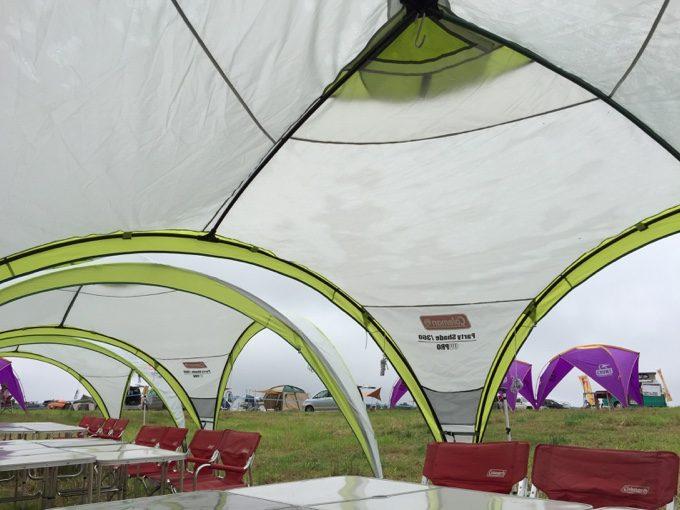 ソトナニの草原エリアにある共用の食事スペース
