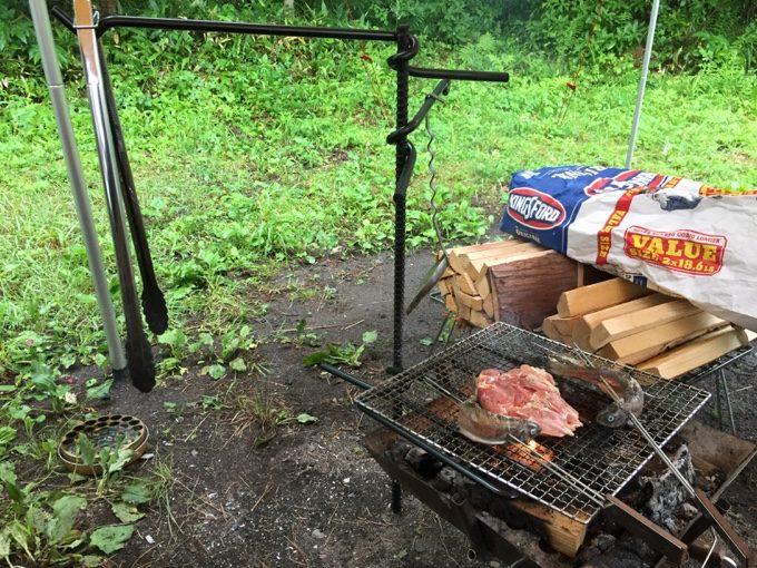 ファイヤーハンガーでニジマスと鶏肉を焼く