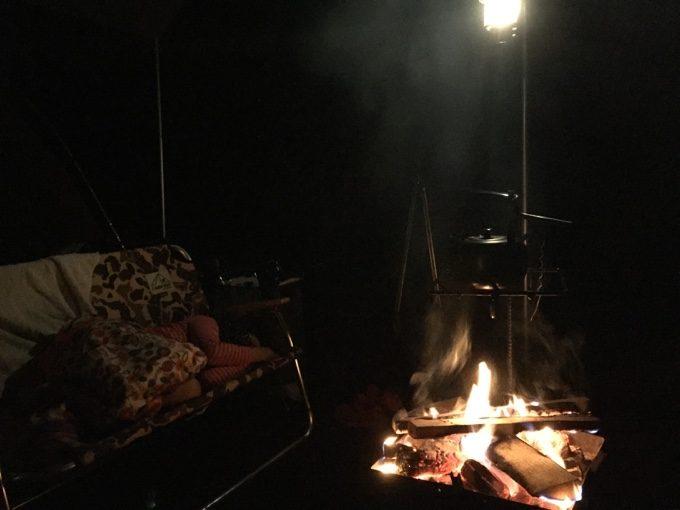 焚き火の近くに鹿ベンチを置いてみる