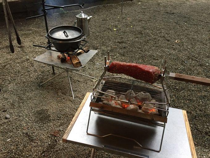 C&C那須高原で肉を焼きながらダッチ料理を作る