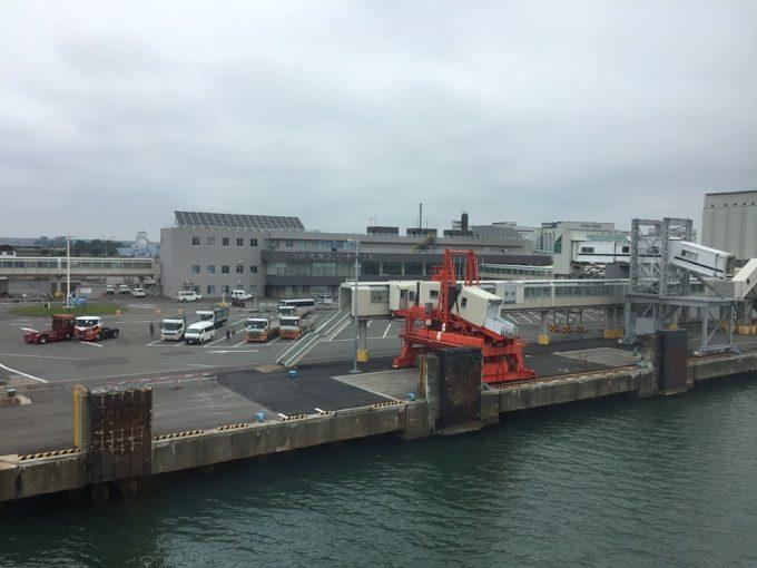 接岸直前の苫小牧港フェリーターミナル