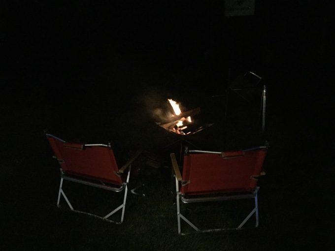 焚き火の明かりのみで過ごす夏