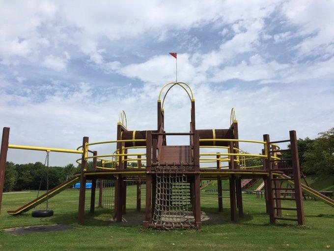 標津サーモンパークの広場と遊具