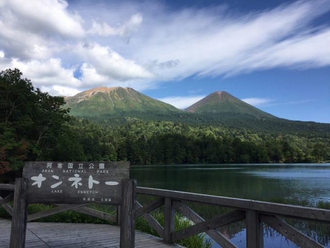 オンネトーから見える雌阿寒岳と阿寒富士